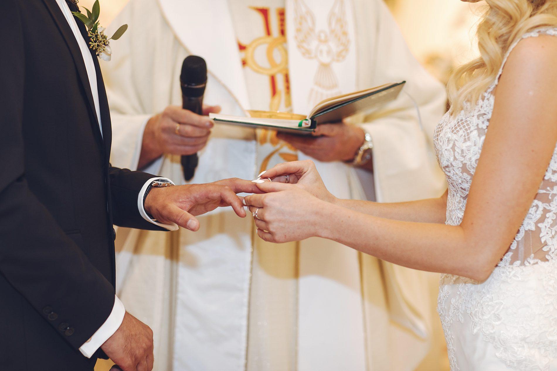 Nella foto un prete che unisce in nozze una coppia: nella Fase 2 del Coronavirus sono concessi i matrimoni in chiesa con gli invitati