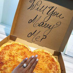 immagine di un box della pizza con scritto mi vuoi sposare per fare la proposta di matrimonio a sorpresa