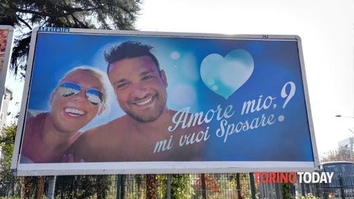 foto di una proposta di matrimonio su un cartellone pubblicitario