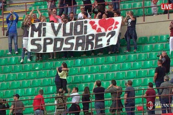 foto di proposta di matrimonio allo stadio San Siro con uno striscione allo stadio San Siro con scritto mi vuoi sposare
