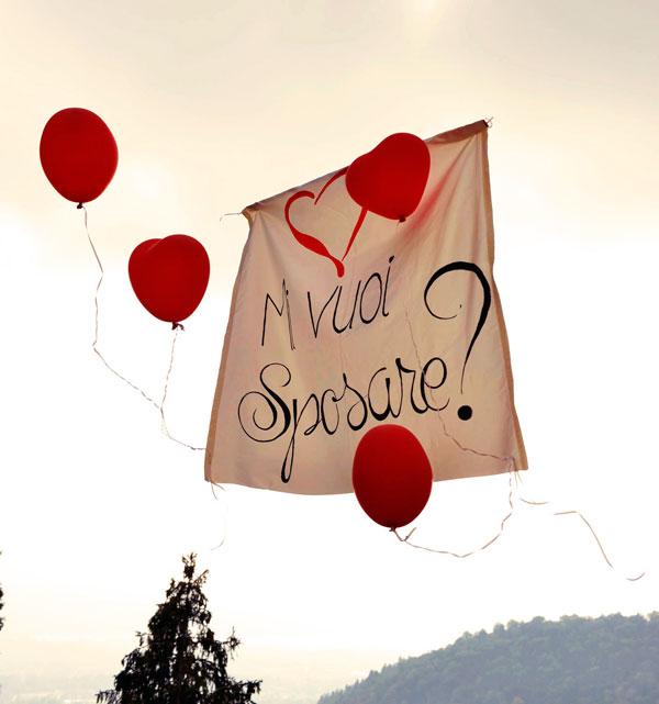 foto di uno striscione con proposta di matrimonio