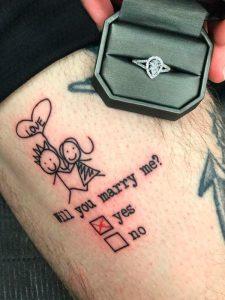 foto di un tatuaggio con la proposta di matrimonio