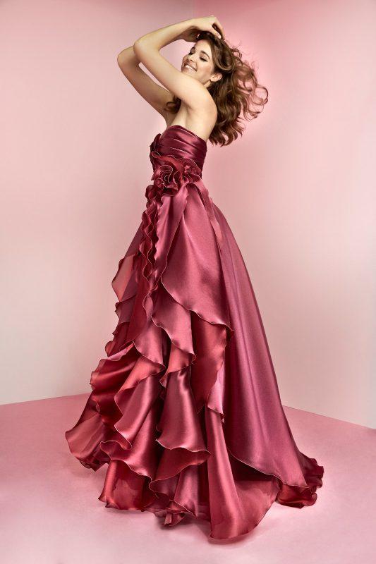 In foto un abito rosso ruby monocromo di carlo pignatelli 2021