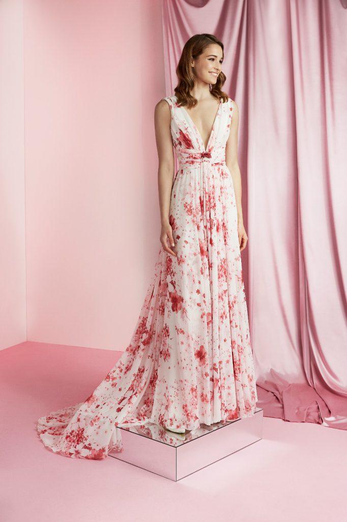 In foto un abito stile impero con stampa floreale di carlo pignatelli 2021