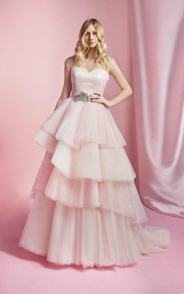 Nella foto lo stesso abito da sposa con corpetto a cuore e gonna a balze di Carlo Pignatelli Sposa 2021 ma in rosa