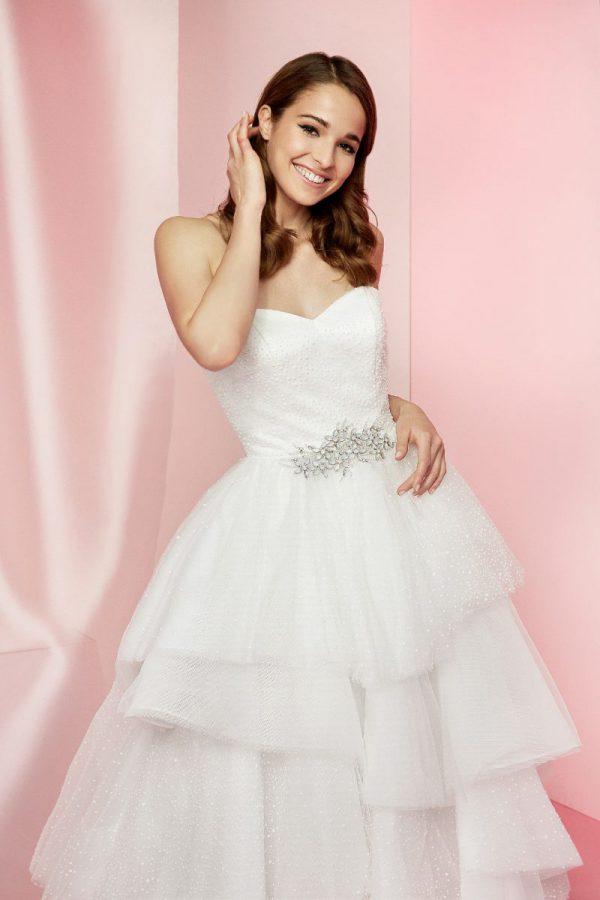 Nella foto un abito da sposa con corpetto a cuore e gonna a balze di Carlo Pignatelli Sposa 2021