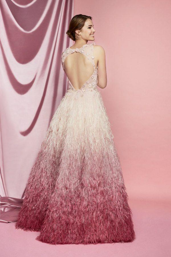 In questa foto l'abito rosa degradé di Carlo Pignatelli Sposa 2021 visto di spalle