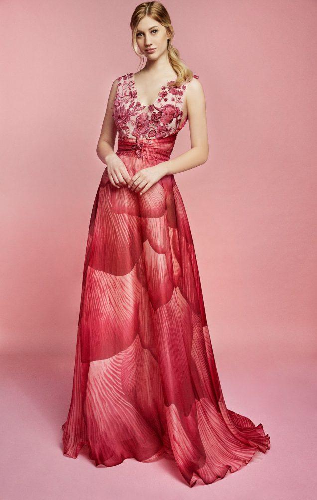 Nella foto un abito rosso ruby con stampa floreale ton sur ton della linea carlo pignatelli sposa 2021
