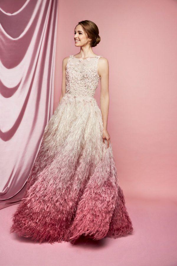In questa foto un abito da sposa Carlo Pignatelli 2021 in nuance degradè