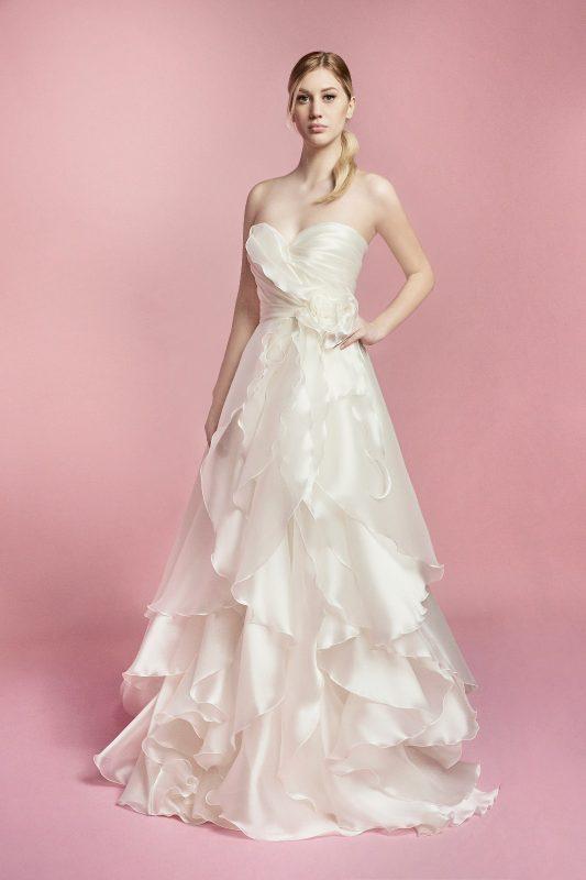 In foto un abito da sposa carlo pignatelli 2021
