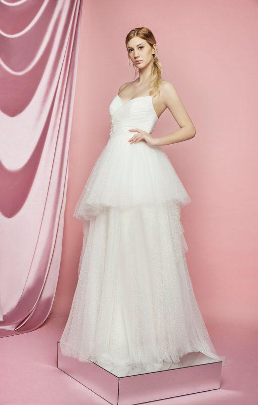 in foto un abito da sposa carlo pignatelli 2021 con ampia gonna di tulle