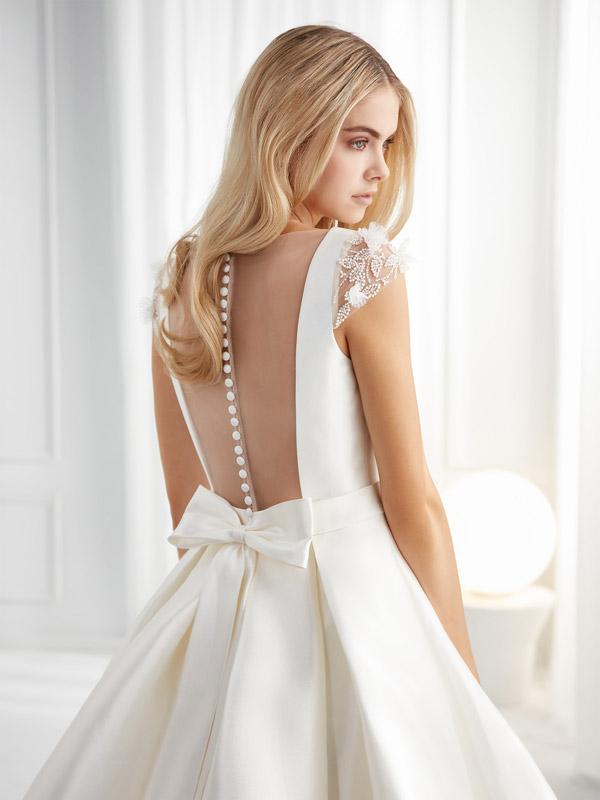 Nella foto un abito da sposa Nicole Aurora 2021