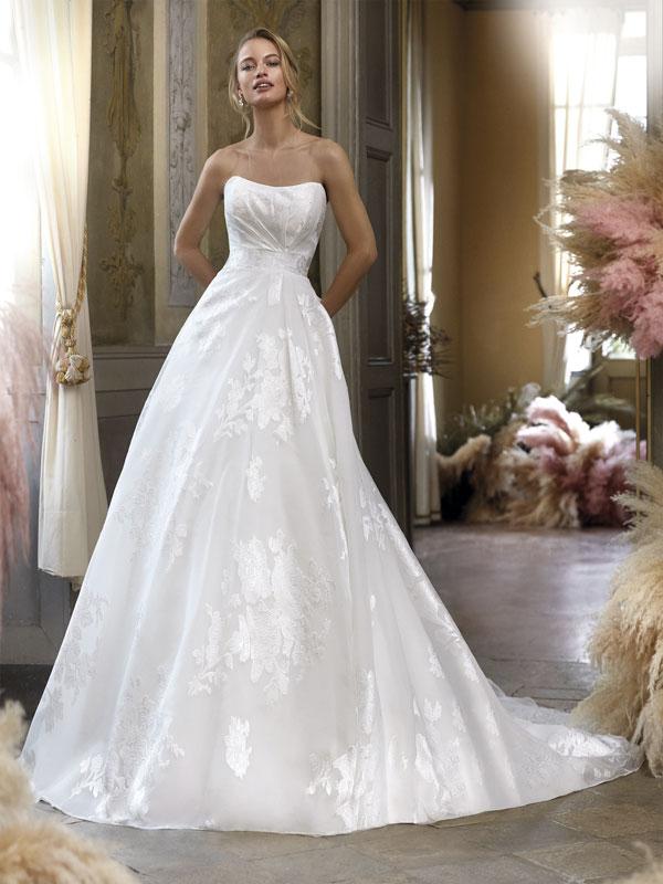 In questa foto un abito da sposa Colet 2021