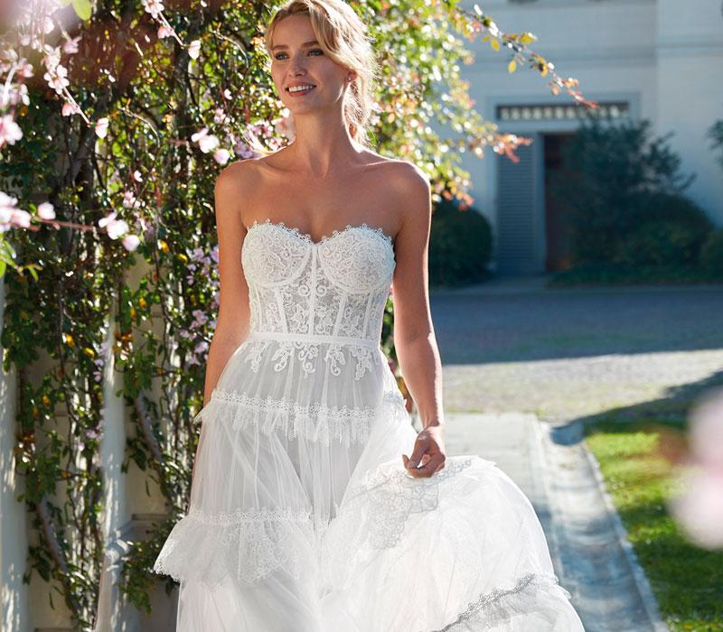 Nella foto un abito da sposa Nicole 2021