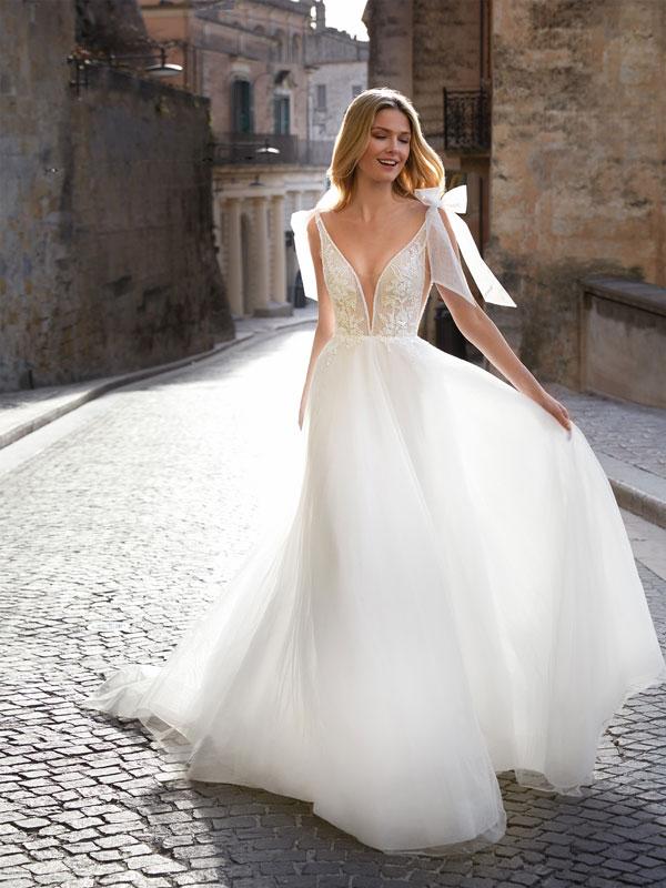 Nella foto un abito da sposa Nicole Romance 2021