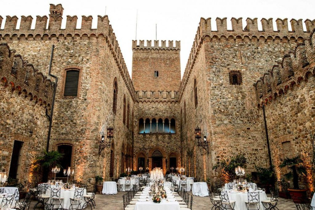 In questa foto il cortile del Castello di Tabiano, a Salsomaggiore Terme, allestito per un banchetto nuziale