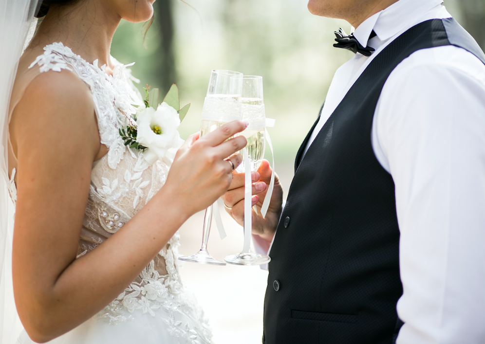 in questa foto un brindisi tra sposi