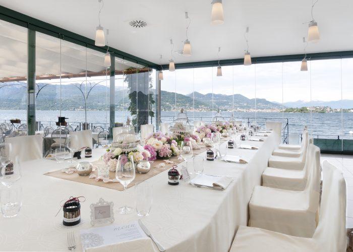 In questa foto un tavolo vista mare del ristorante Belvedere, sul Lago Maggiore, allestito per ospitare un pranzo di matrimonio