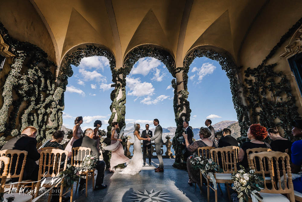 In questa foto due sposi si scambiano le promesse nuziali sulla terrazza del Grand Hotel Tremezzo, con vista sul Lago di Como