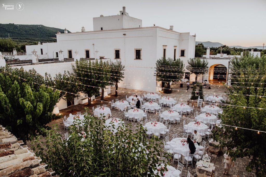 In questa foto la corte interna di Masseria Montalbano, ad Ostuni, in Puglia, allestita con i tavoli di un matrimonio