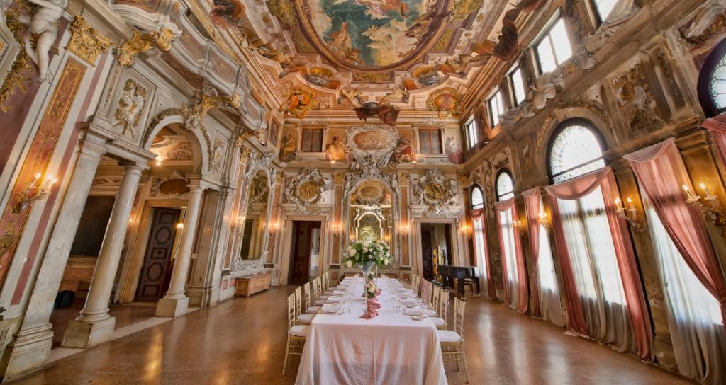 In questa foto un tavolo imperiale allestito per un matrimonio all'interno di uno dei saloni di Palazzo Ca' Zenobio, a Venezia