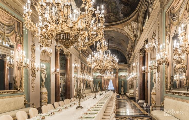 In questa foto un lungo tavolo imperiale allestito all'interno di una delle sale di Palazzo Borghese, a Firenze