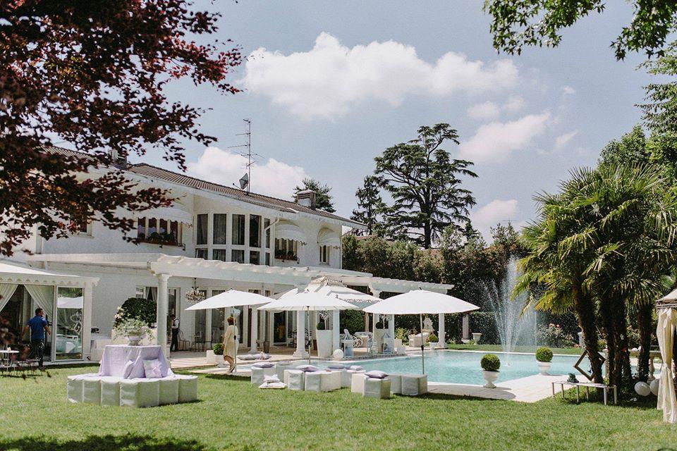 In questa foto il retro di villa Patrizia di Magnago, con il suo prato verde all'inglese e la piscina