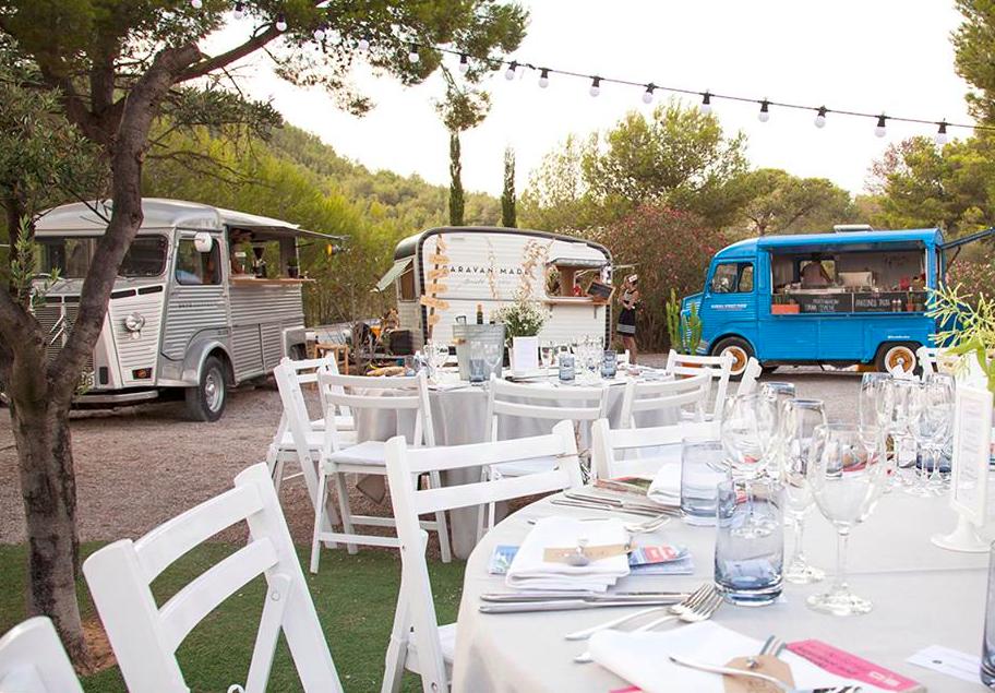 In questa foto tre camioncini per servire cibo e bevande agli ospiti di un ricevimento nuziale all'aperto