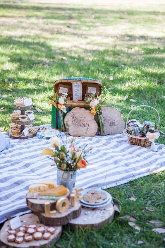 In questa foto un Wedding Pic Nic tradizionale, con tovaglie sul prato verde all'inglese