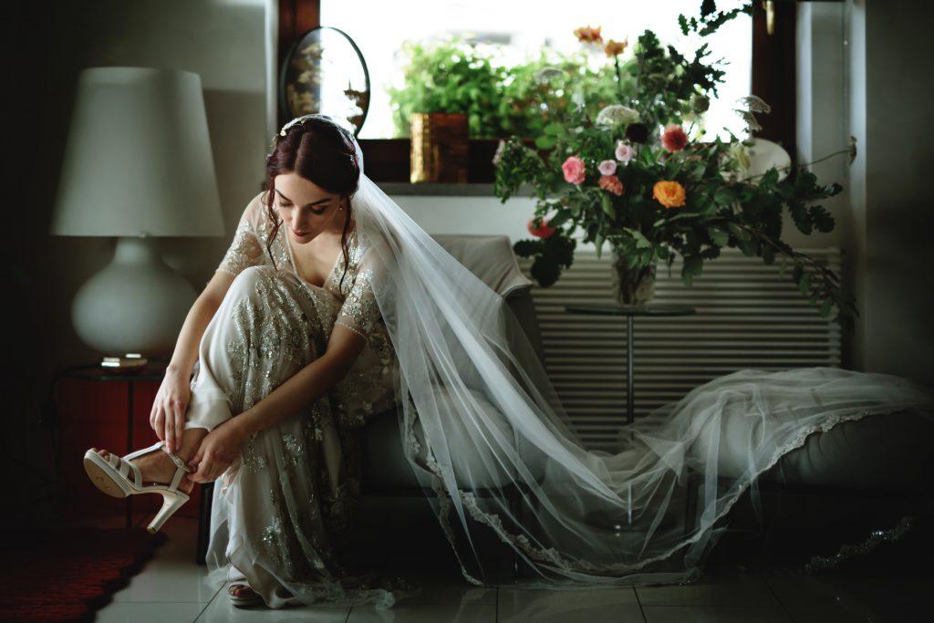In questa foto una sposa intenta a prepararsi prima del Sì, lo voglio