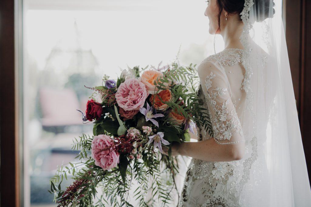 In questa foto una delle spose di Angela Bartolomeo con un maxi bouquet