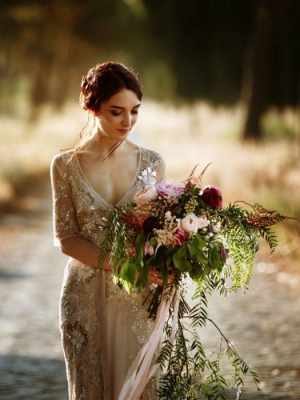 In questa foto una sposa con il suo bouquet che ha scelto di affidarsi ad Angela Bartolomeo Wedding Planner
