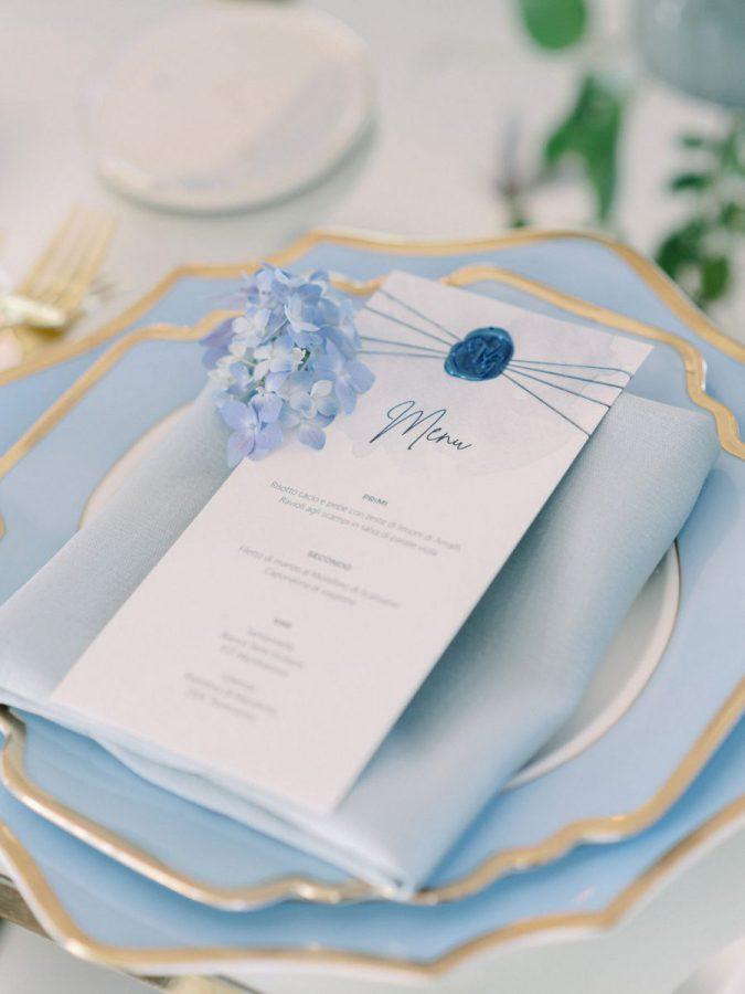 In questa foto una mise en place nei toni del celeste, del bianco e dell'oro realizzata da Angela Bartolomeo Wedding Planner