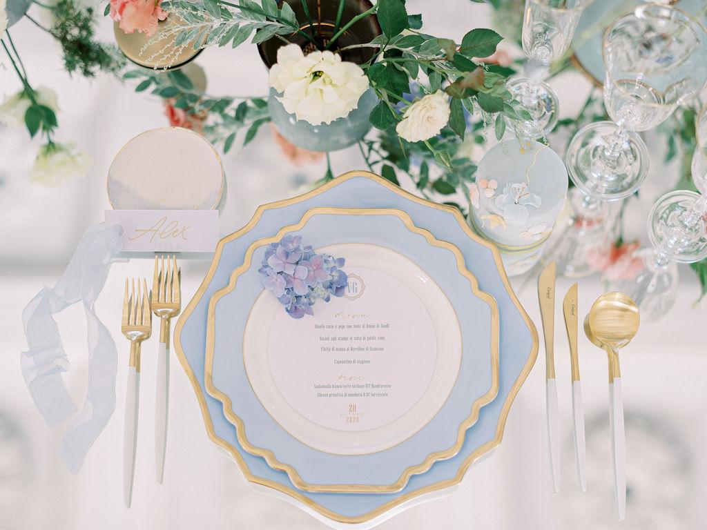 In questa foto una mise en place romantica e lussuosa ricreata da Angela Bartolomeo Wedding Planner
