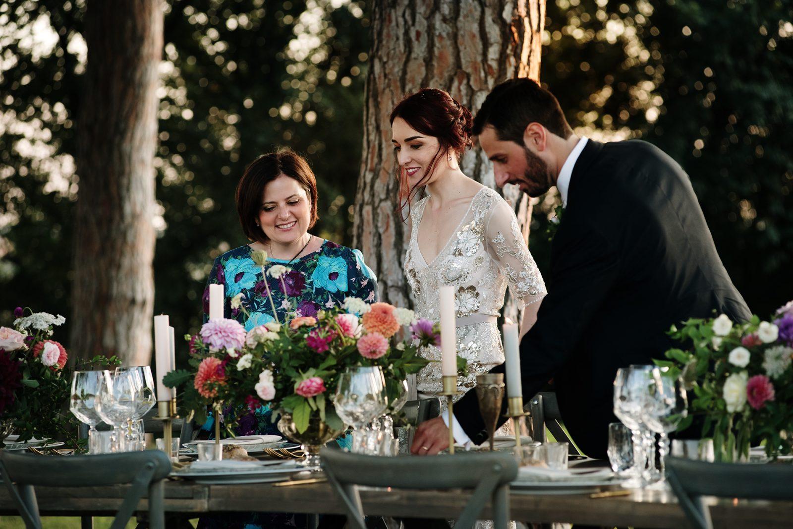 In questa foto la Wedding Planner Angela Bartolomeo insieme ad una coppia di sposi durante il loro matrimonio