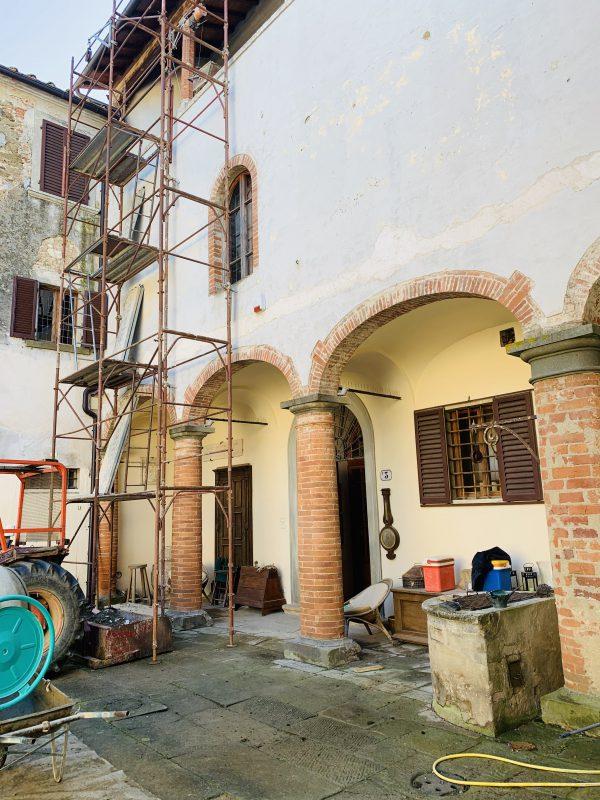 In questa foto i lavori di ristrutturazione in corso in una struttura che diventerà location per matrimoni