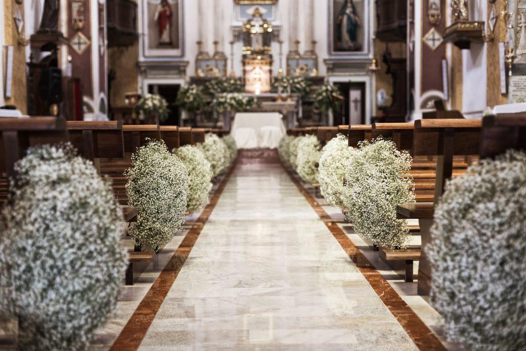 in questa foto la navata centrale di una chiesa allestita dalla Wedding Planner di Palermo, Antonella Candido