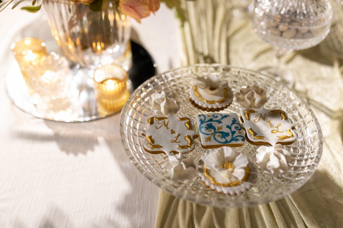 In questa immagine un dettaglio del buffet di dolci allestito da Candido Wedding
