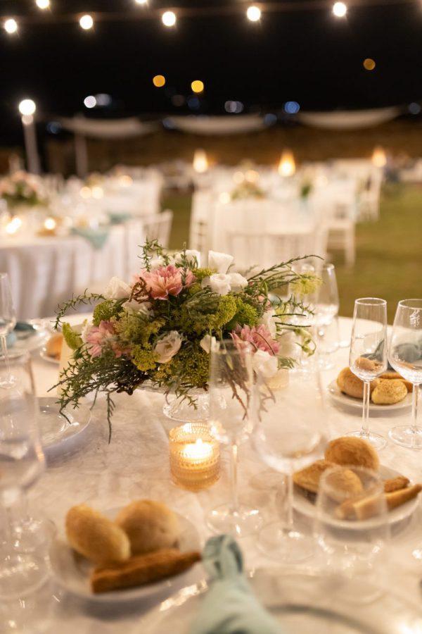 In questa foto una mise en place allestita da Antonella Candido per un matrimonio di sera