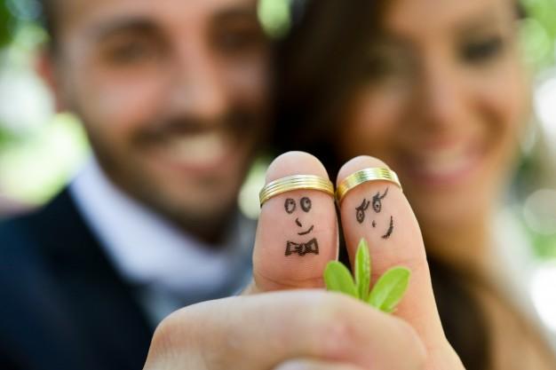 In questa foto due sposi con i pollici all'insù, in segno di vittoria