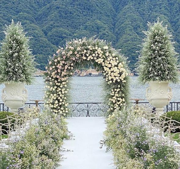 L'arco di fiori con vista sul Lago di Como che ha fatto da altare per il matrimonio di Elettra Lamborghini e Afrojack