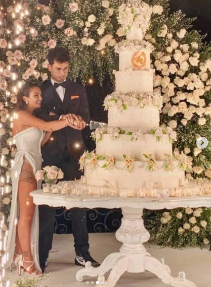il momento del taglio della torta  durante il matrimonio Elettra Lamborghini e Afrojack