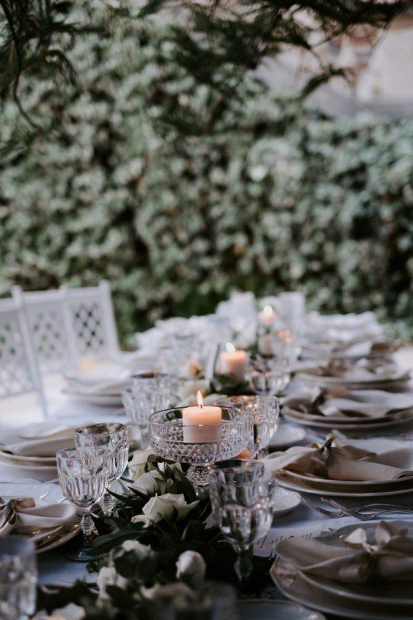 In questa foto una tavola allestita per un matrimonio green organizzato da Antonella Candido Wedding Planner