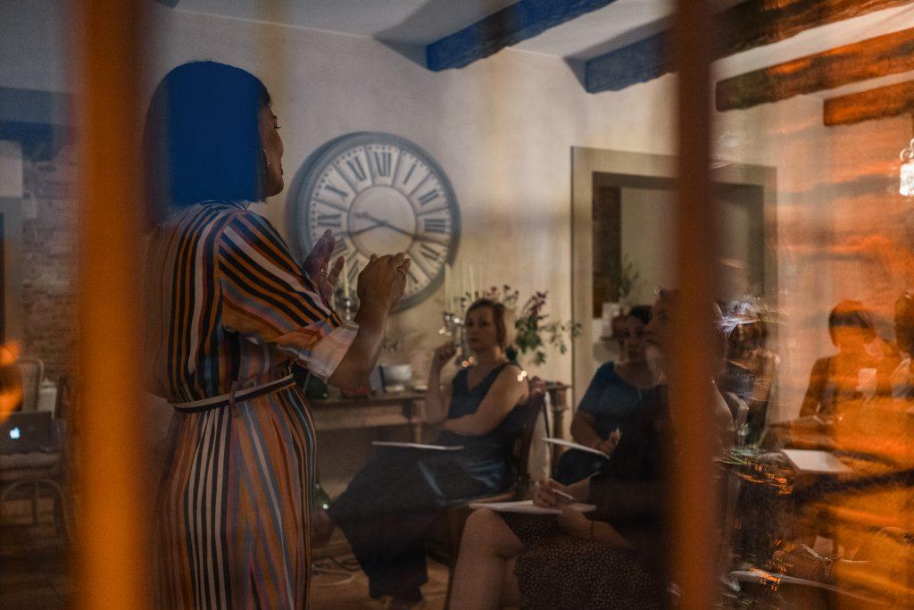 In questa foto la Wedding Planner Roberta Torresan durante un momento della lezione al suo primo Prestige Meet Up