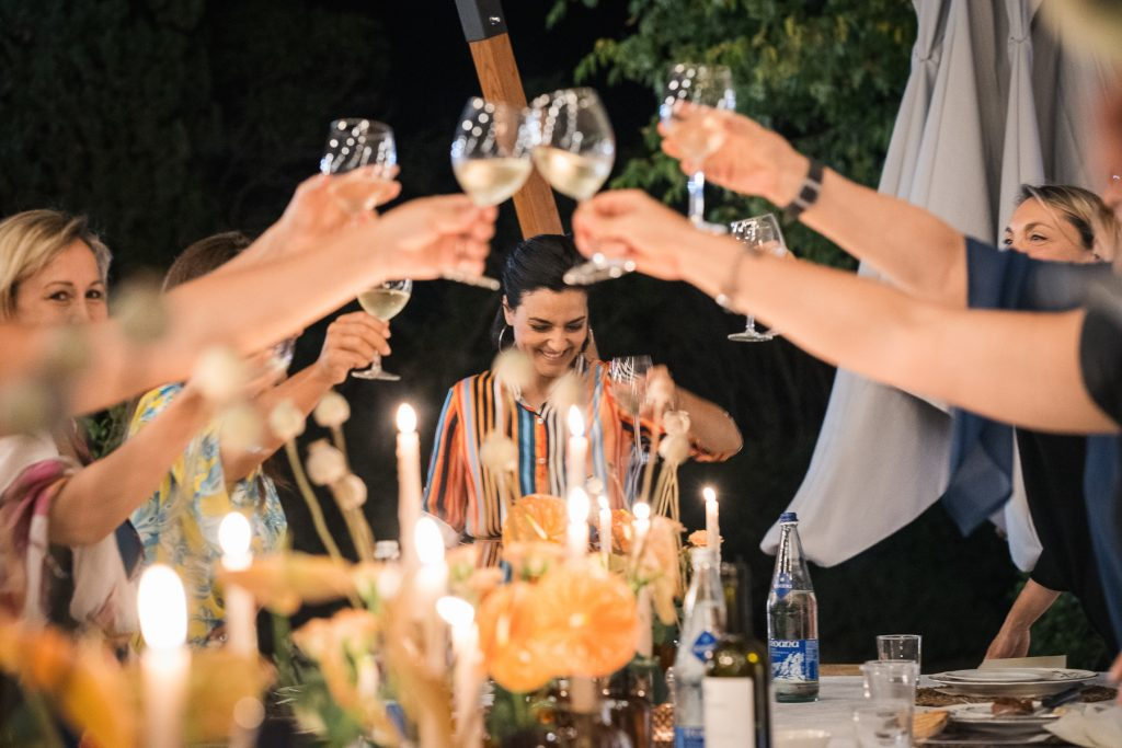 In questa foto la Wedding Planner Roberta Torresan brinda insieme ai partecipanti al suo primo Prestige Meet Up