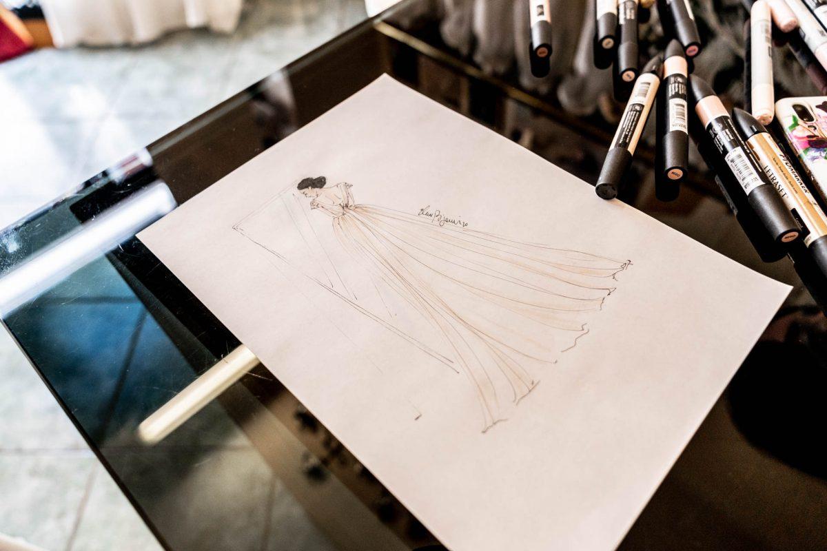 In questa foto l'illustrazione personalizzata regalata a Martina durante la sua prova d'abito da Couture Hayez