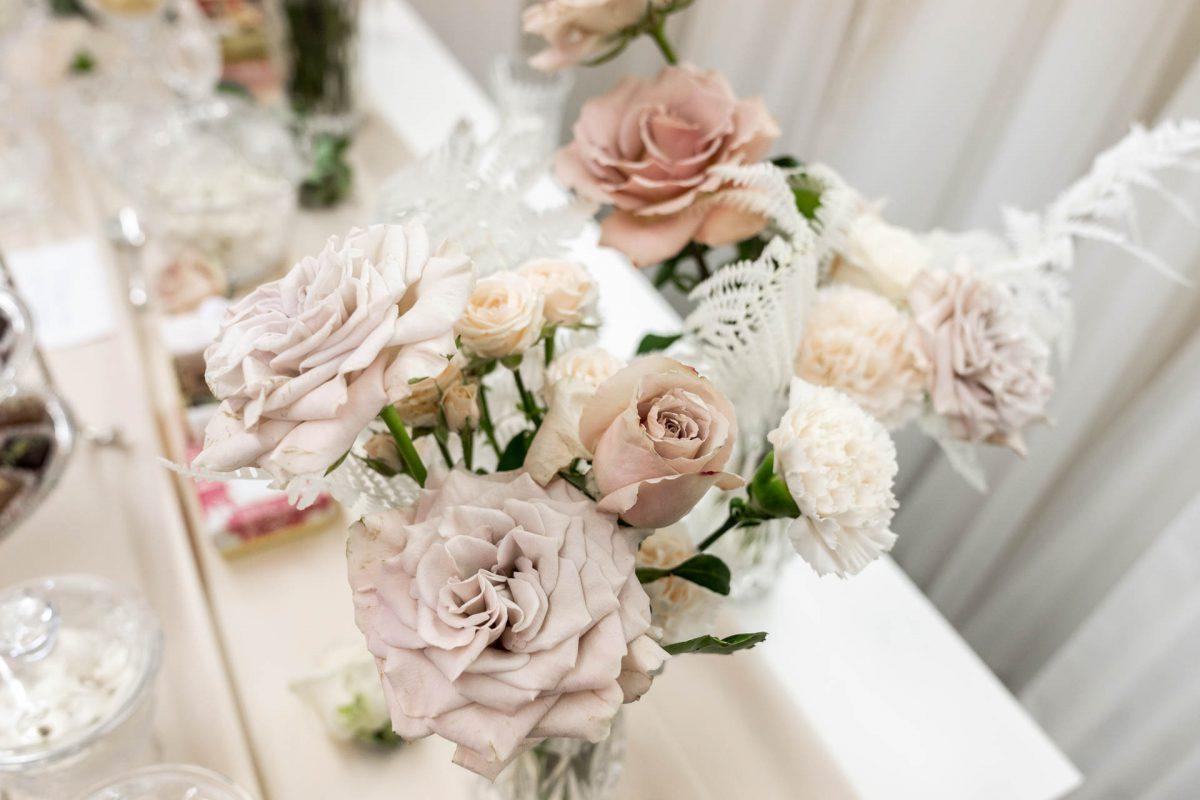 In questa foto un dettaglio dell'allestimento floreale realizzato all'interno dell'atelier Couture Hayez