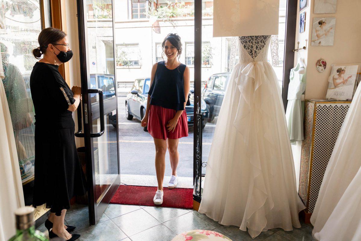 In questa foto la futura sposa Martina fa il suo ingresso nell'atelier Couture Hayez di Milano
