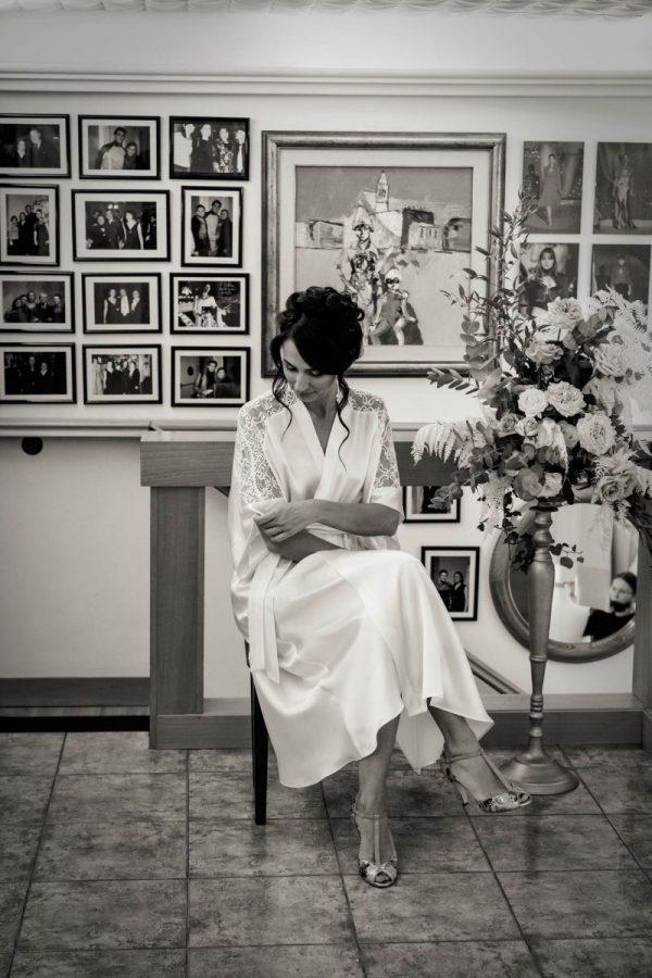 In questa foto la futura sposa Martina attende di provare il suo abito firmato Couture Hayez