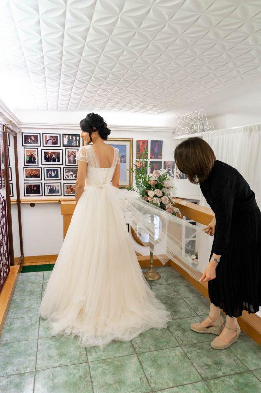 In questa foto gli ultimi ritocchi per Martina intenta a provare il suo abito da sposa Couture Hayez